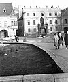 Győr, Bécsi kapu (Köztársaság) tér, Kisfaludy Károly szobra. Háttérben az Altabak-ház és az Ott-ház. Fortepan 17092.jpg