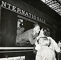 HUA-168785-Afbeelding van de aankomst (of toch het vertrek?) van de extra trein voor het Concertgebouworkest van Milaan naar Amsterdam te Amsterdam.jpg