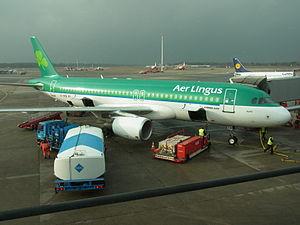 Hamburg Airport Aer Lingus Airbus A320 EI-DEB.jpg