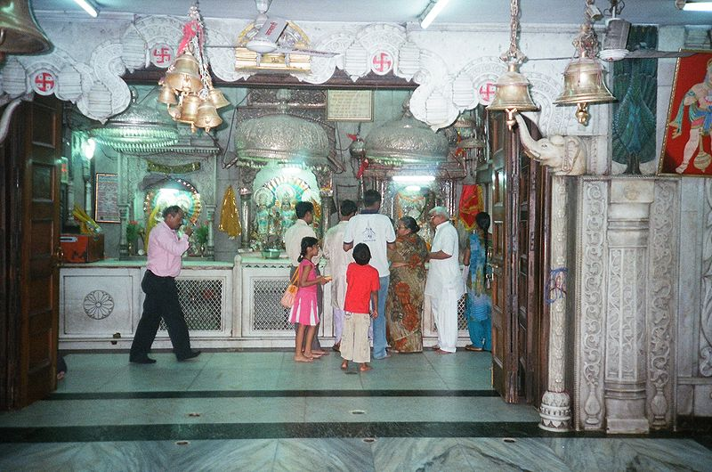चित्र:Hanuman and other deities in the Sanctum Santorum.JPG