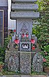 Shintōistische und buddhistische Figuren als auch Architekturelemente beim Jōgyō-ji in Kamakura