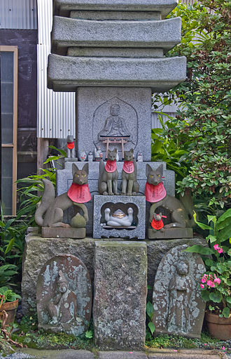 Shinbutsu-shūgō - Foxes sacred to Shinto kami Inari, a torii, a Buddhist stone pagoda, and Buddhist figures together at Jōgyō-ji, Kamakura