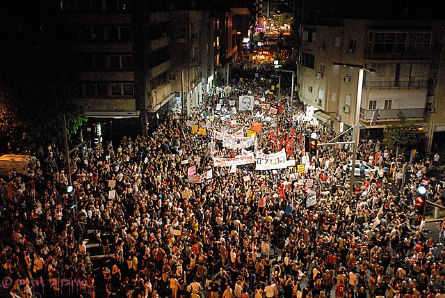 https://upload.wikimedia.org/wikipedia/commons/thumb/9/96/Israel_Housing_Protests_Tel_Aviv_August_6_2011b.jpg/640px-Israel_Housing_Protests_Tel_Aviv_August_6_2011b.jpg