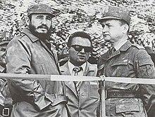 Jaruzelski (dekstre, en uniformo) kun Fidel Castro en Pollando, majo de 1972