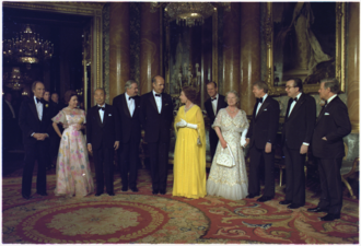 Leaders of the G7 states, members of the royal family and Elizabeth (centre), London, 1977 Jimmy Carter with Queen Elizabeth - NARA - 174724.tif