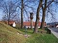 Kamenice-Ládví, Benešovská, studna a zvonička.jpg