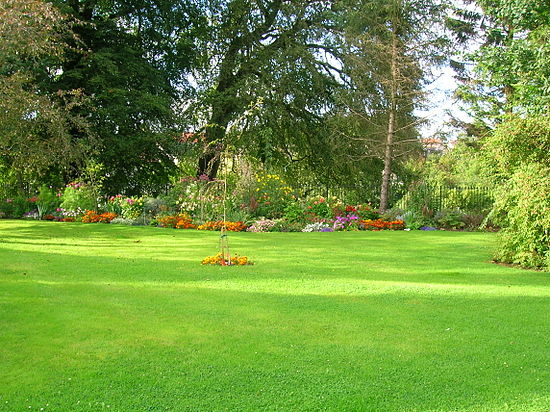 Kilmaurs Place, lawn and flower beds.JPG