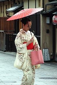 01056e4d1ac9b 和服を着た女性(京都・祇園にて)