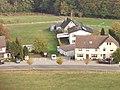 Kleine, mehrere Häuser umfassende Siedlung an einer Straße im Westerwald (Deutschland).jpg