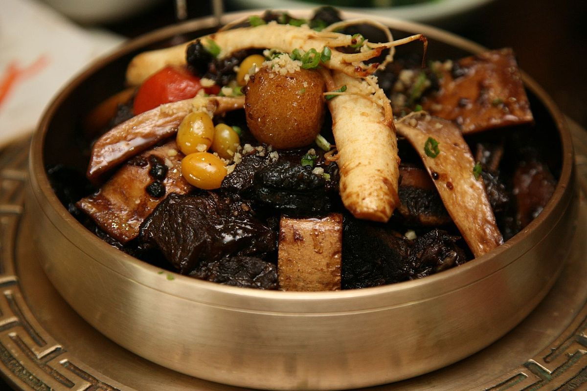 Kalbi jjim is slowly braised beef short ribs in a soy sauce, sesame oil, and garlic sauce. It is often prepared for special occasions foto