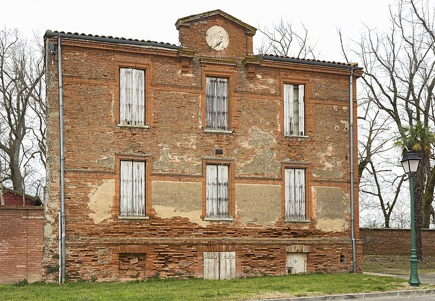 English:  Lanta, Haute-Garonne France, the facade of the former rectory