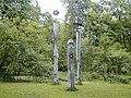 Lielvārdes parka ieejas koka figūras. 2000-05-20 - panoramio.jpg