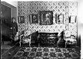 """Magasin """"Au Pauvre Diable"""" - Musée des La Tour - vue intérieure du musée, une salle avec un gardien, ensemble de meubles et de tableaux - Maubeuge - Médiathèque de l'architecture et du patrimoine - APDU001312.jpg"""
