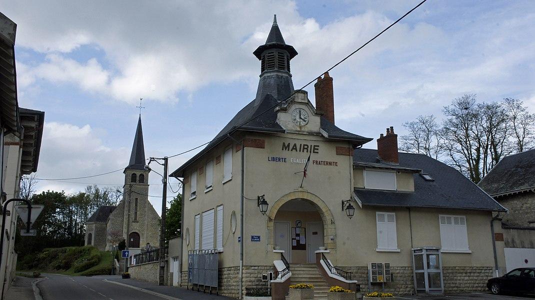 Vue de la Mairie, de l' église et du monument aux morts de Thil.