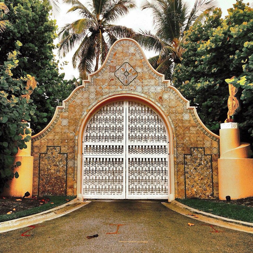Mar-a-Lago estate gate in Palm Beach, Forida (14606506904)