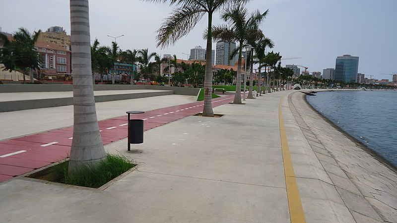 Marginal Avenida 4 de Fevreiro Luanda March 2013 02.JPG