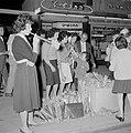Mensen staan met een voorraad toeters op straat, Bestanddeelnr 255-1925.jpg