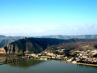 Siege of Mequinenza - Mequinenza lies on the Segre, overlooked by a castle on a mountain spur. The Ebro flows from the west, unseen in the photo, down the valley behind the spur.