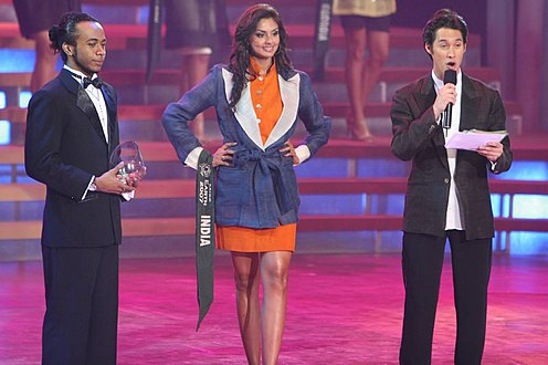 Pooja Chitgopekar onstage between two men