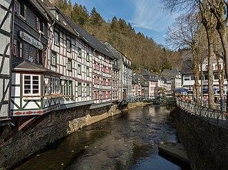 Monschau - Image: Monschau, straatzicht op vakwerkhuizen met oa Dm 80 vanaf brug over de Roer foto 4 2015 04 15 16.43