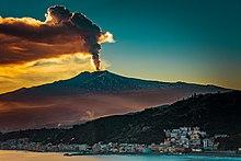 MountEtna Erupting visto de Taormina.jpg