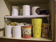 Ripiano porta mug in un armadio