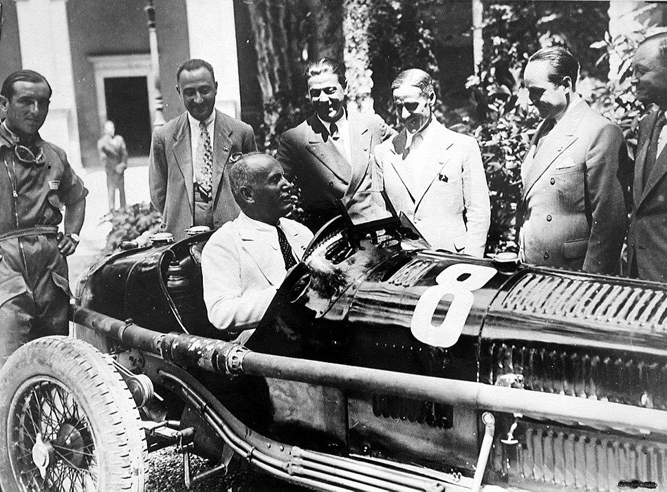 Mussolini al volante di un'Alfa Romeo da competizione