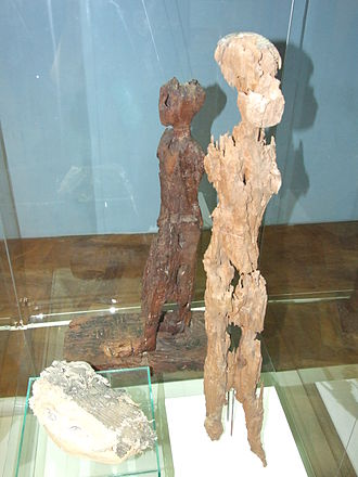 Djedkare Isesi - Wooden statues of Kekheretnebti and in the background, of Neserkauhor, now in the Náprstek Museum