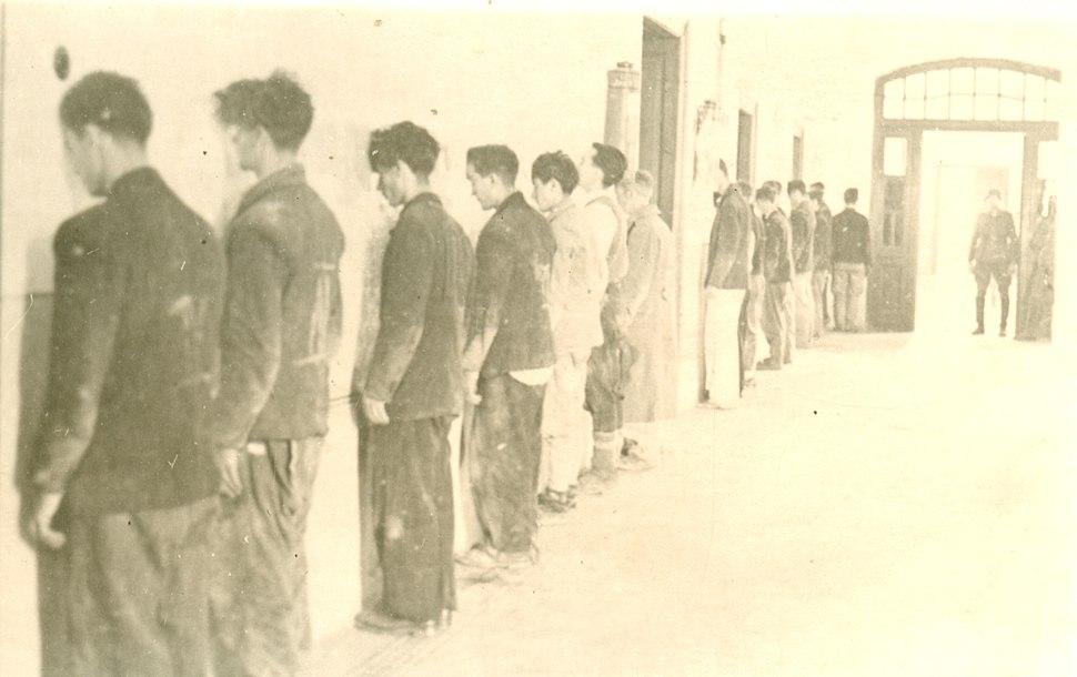 Nemački vojnik postrojava zarobljenike
