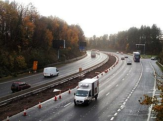 M4 motorway - Construction of electronic indicator signs for the variable speed limit scheme at junction 27 and a new concrete reservation (2010)