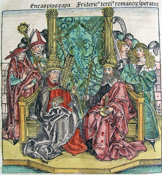 El Papa Pío II (con tiara y báculo cruciforme) y el Emperador Federico III (con corona, orbe y cetro). Un personaje tras el emperador empuña una espada.