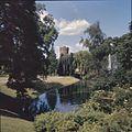 Overzicht van het Kronenburgerpark met vijver en zicht op het topje van de vestingtoren - Nijmegen - 20383610 - RCE.jpg