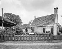 Overzicht voorgevel en linker zijgevel, boerderij, thans museumboerderij - Warten - 20345808 - RCE.jpg