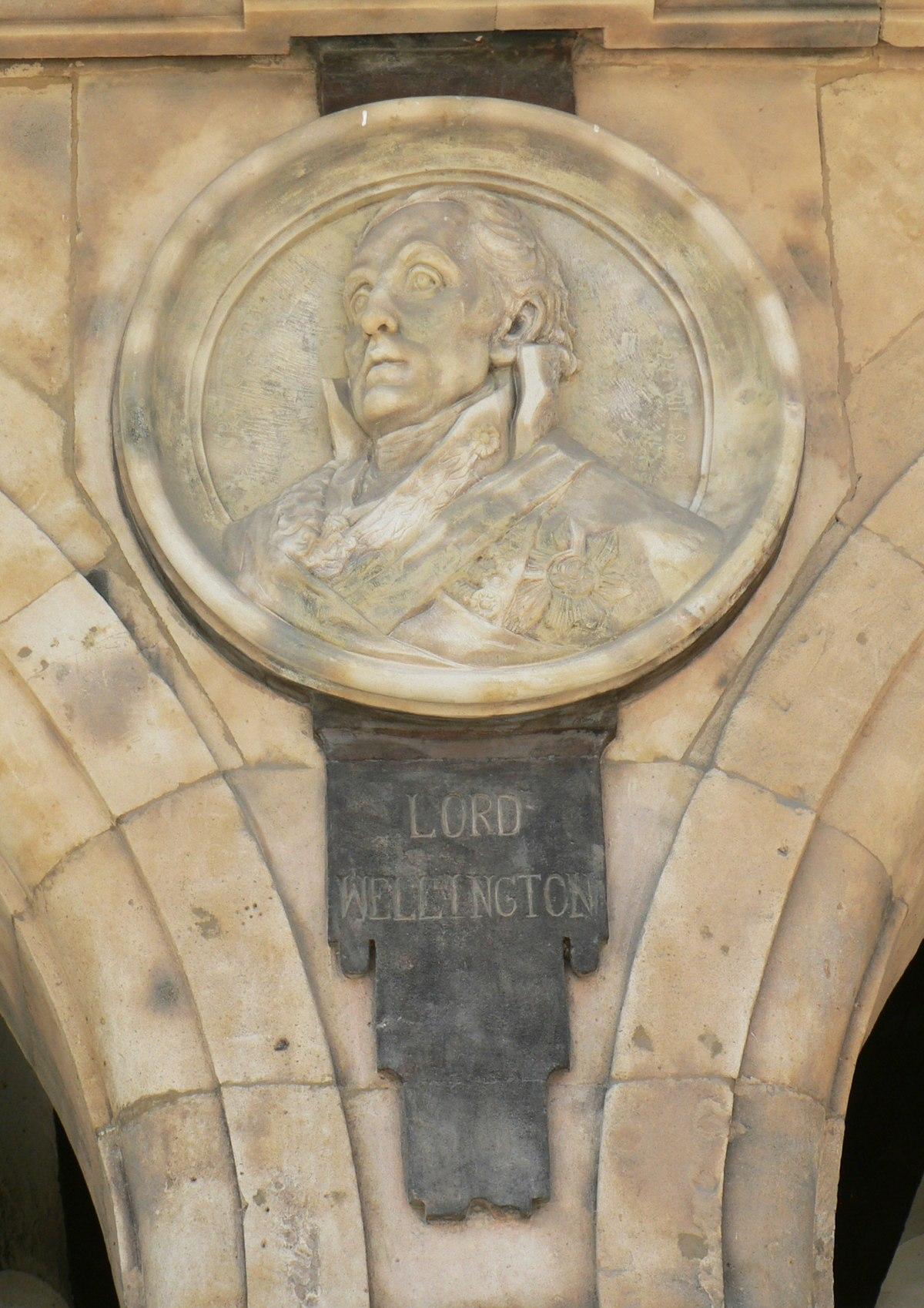 Pabellón Petrineros medallón 18 Duque de Wellington.JPG