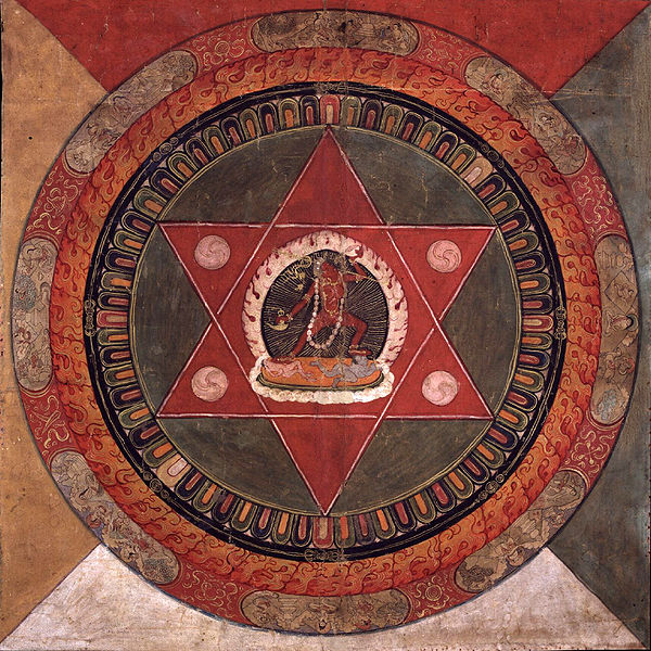 Archivo:Painted 19th century Tibetan mandala of the Naropa tradition, Vajrayogini stands in the center of two crossed red triangles, Rubin Museum of Art.jpg