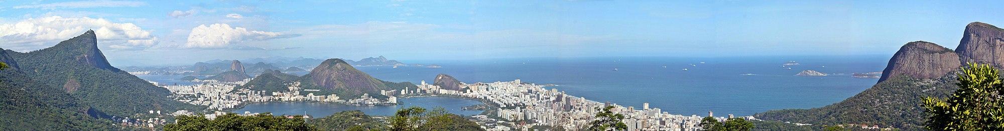 תצלום פנורמי של העיר ריו דה ז'ניירו ממרומי אחד ההרים המקיפים אותה (לצפייה הזיזו עם העכבר את סרגל הגלילה בתחתית התמונה)