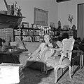 Paulette Goddard in gesprek, zittende op de sofa in de woonkamer van de villa in, Bestanddeelnr 254-4751.jpg
