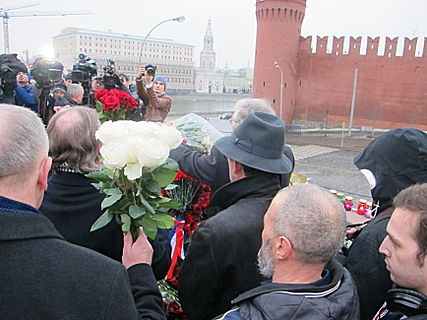 People came to the side of Boris Nemtsov's murder (2015-02-28; 02).JPG