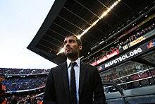 portrait d'un homme en costume dans un stade