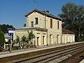 Picquigny (80), gare SNCF, bâtiment entre le quai direction Amiens et la Somme.jpg