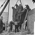 Plaatsen van beeldengroep bij 'De Boeg' het Koopvaardijmonument te Rotterdam. De, Bestanddeelnr 917-9698.jpg