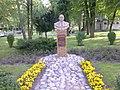 Pomnik ks. Kwiatkowskiego w parku - panoramio.jpg