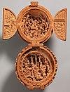 Раскрытый молитвенный орех с изображением Поклонения волхвов (вверху) и Распятия (внизу)