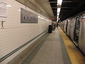 Prince Street (BMT Broadway Line) - Image: Prince Street Platform