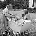 Prinses Beatrix en prinses Margriet bij de kinderwagen met daarin prinses Christ, Bestanddeelnr 255-7540.jpg