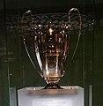 Réplique trophée de la ligue des champions 2001 remporté par le Bayern Munich (cropped).jpg
