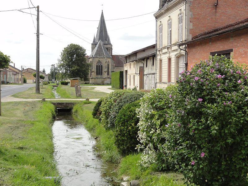 Rancourt-sur-Ornain (Meuse) rue principale, ruisseau et église
