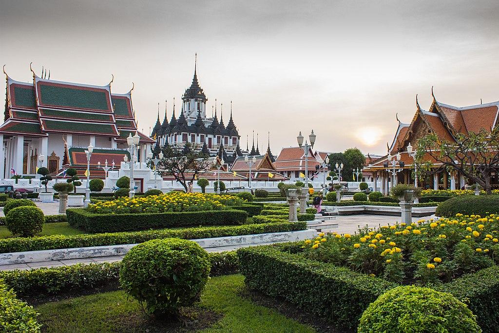 Jardin et temple Wat Ratchanatdaram à Bangkok - Photo de Deeprom