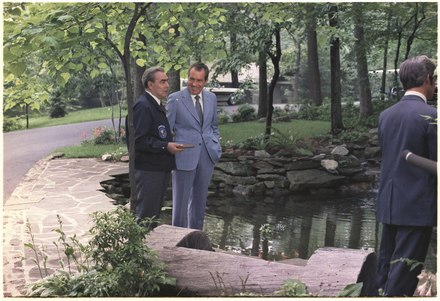 US President Richard Nixon and Leonid Brezhnev talking outside at Camp David, the official retreat of US Presidents, in 1973 Richard M. Nixon and Leonid Brezhnev talking outside at Camp David - NARA - 194520.tif