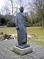 Rostock Westfriedhof Gewandfigur.jpg